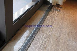 Hình ảnh thực tế sàn nơi cửa ra vào dùng nẹp mặt bằng NCP8.0
