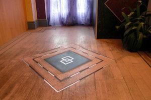 Sự kết hợp hoàn hảo giữa nẹp kim loại và sàn gỗ