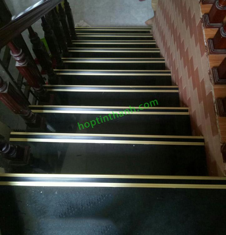 Thi công trang trí và chống trơn bậc cầu thang dùng nẹp nhôm chống trơn
