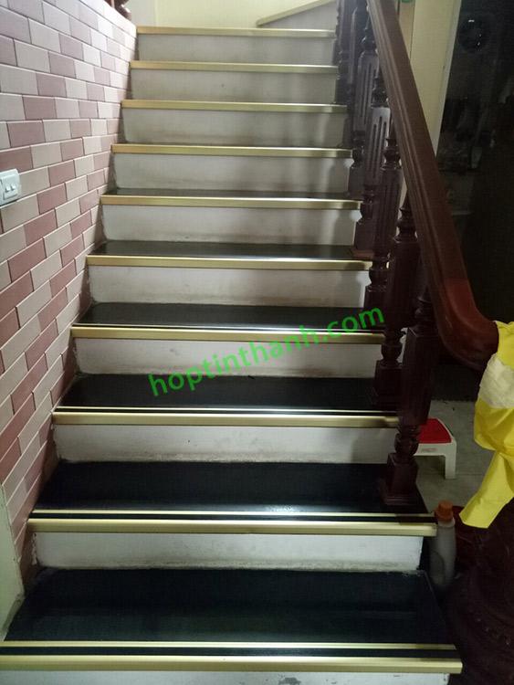 Thi công trang trí và chống trơn bậc cầu thang dùng nẹp nhôm chống trơn (mặt dưới)