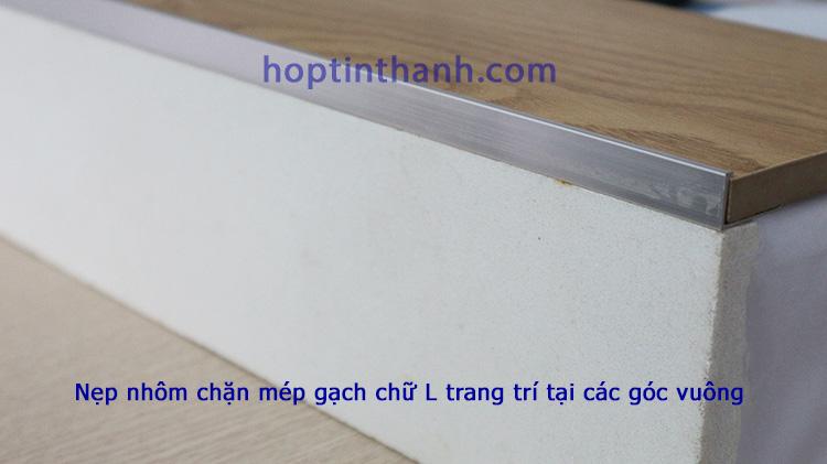 Ứng dụng nẹp nhôm chặn mép gạch trang trí tại góc vuông